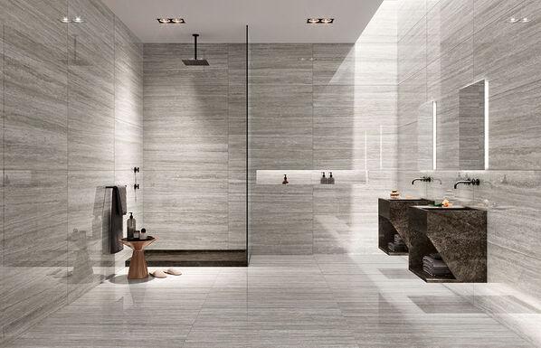 Margres Prestige zeigt ein voll ausgestattetes Badezimmer mit den Fliesen in der Farbe Travertino Grey.