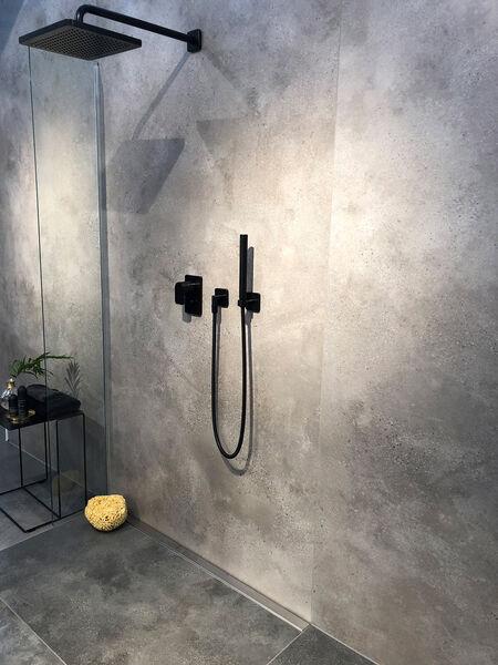Ein Beispiel einer eben begehbaren Dusche mit Fliesen von Villeroy & Boch Urban Jungle.