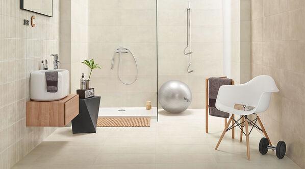 Love Tiles Ground Fliesen an Wand und Boden im Badezimmer.