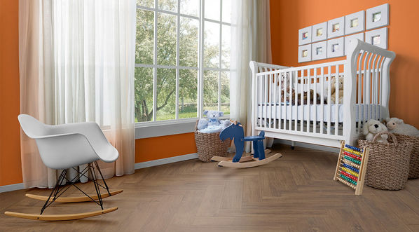Ein Kinderzimmer mit Fliesen Love Tiles Fusion in Brown.