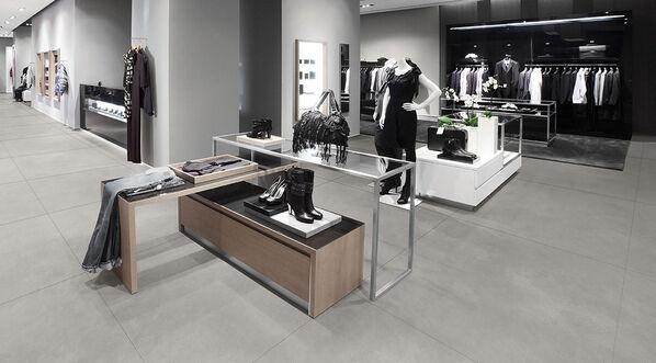 Eine Ladenfläche mit den Fliesen Margres Edge in der Farbe Silver.