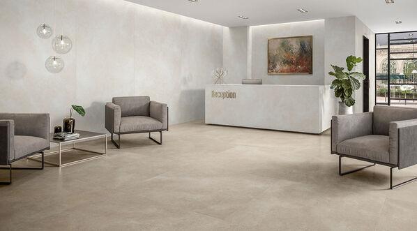 Villeroy & Boch, Hudson Optima, Clay auf dem Boden, White Sand an der Wand Ein Wohnzimmer mit Wand- und Bodenfliesen von Hudson Optima. Die XXL-Wandfliesen im Format 120x260 cm können Sie über Fliesenrabatte bestellen, müssen die Fliesen aber in der Dortmunder Ausstellung selbst abholen.