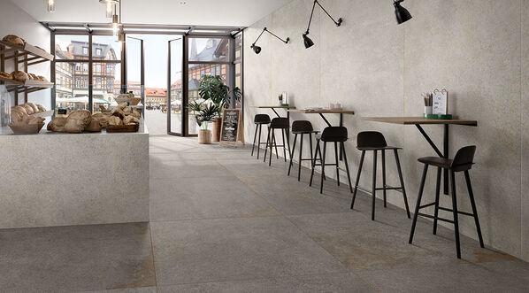 Gerade die Kombination macht es aus: Dunklere Farben auf dem Boden und hellere an den Wänden öffnen den Raum und lassen ihn größer erscheinen.