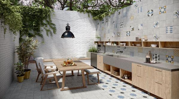 Eine Küche mit Jasba Pattern am Küchenspiegel.