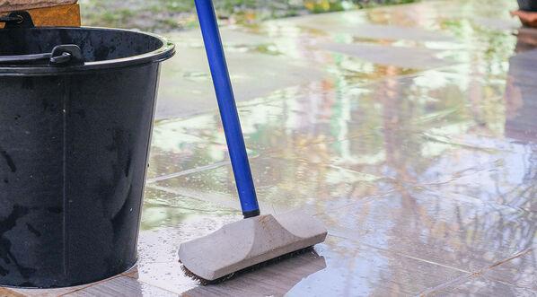 Mit klarem Wasser lassen sich Fliesen einfach und schnell reinigen.