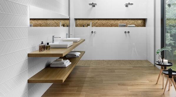 Keraben Superwhite Dekorfliese Spire in einem Badezimmer mit Holzoptik-Bodenfliesen.
