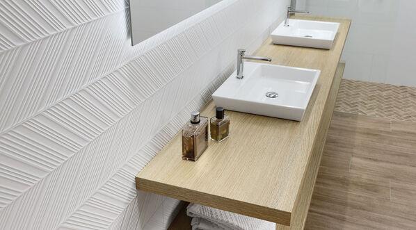 Keraben Superwhite Wandfliesen Dekor Spire in einem Badezimmer verlegt.