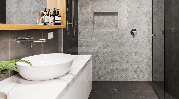 Mosaikfliesen bringen Individualität in das Bad. Ob eine Serie Mosaike und Dekore bietet, sollten Sie vor dem Fliesenkauf überprüfen.