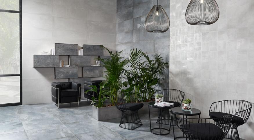 Keraben Rue de Paris in einer Loggia oder einem Wartebereich. Acero, Blanco, Concept Blanco.