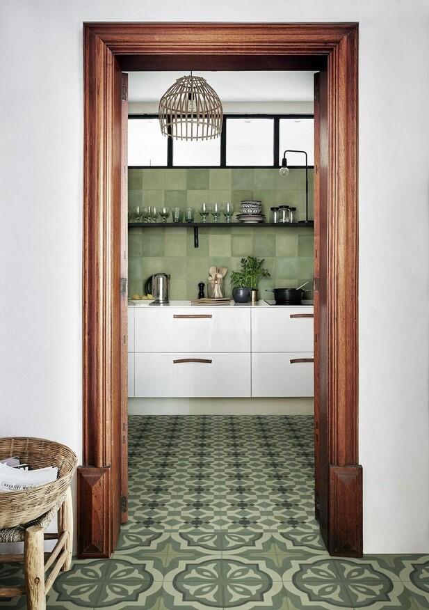 Erleben Sie die Kombinationsmöglichkeiten der Serie D_Segni Blend. Im Bild: D_Segni Blend Fliesen in der Farbe Verde und im Format 20x20 cm, sowie die Dekorfliesen Tappeto 3* und Tappeto 4* in der Farbe Verde und im Format 20x20 cm.