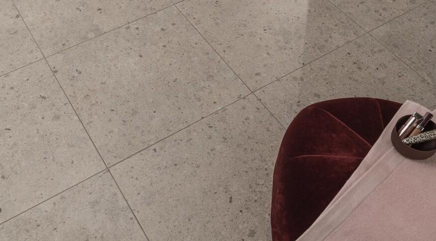 Aberdeen besteht aus vilbostone Feinsteinzeug und weist eine Rutschhemmungsklasse R10 A auf. Die Wandfliesen aus Steingut sind mit Ceramicplus versehen und somit kratzfester und leichter zu reinigen.