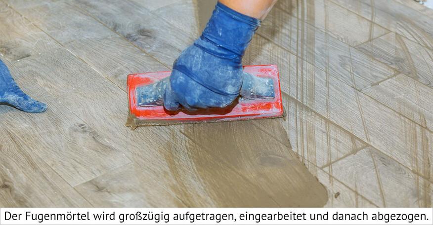 Fugenmasse wird aufgetragen und eingearbeitet.